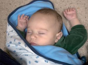 赤ちゃんがバンザイのポーズで寝る5つの理由